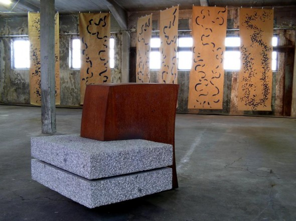 Rudolf zur Lippe Gestische Malerei Chinatusche auf Papier, div.Formate, 2005-2010  Bildvordergrund:  Hartmut Stielow Eins und Zwei Granit, Core Ten Stahl