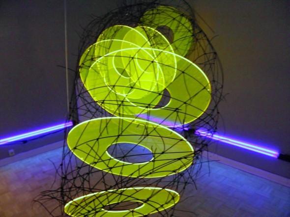 Lichttrichter Detail Lichtpoden, GFK-Stäbe, PVC, Acryl, UV-Licht 120*300*100cm, 2010