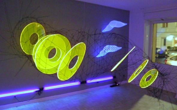 Lichttrichter Detail Lichtpoden, GFK-Stäbe, PVC, Acryl, UV-Licht 120*300*100cm, 2010 sowie Gitterinterferenzen Folie, Glasfaserstäbe, 30*40*20cm, 2010