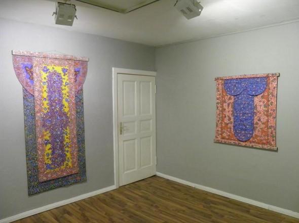 "Timothy Hennessy ohne Titel (links) Acryl auf Leinwand, 3-fach bemalt  mit bemalter Holzleiste, 200 x 113 cm  ""zizi"" Acryl auf Leinwand,beidseitigbemalt  mit  Holzleiste, 106 x 104 cm"