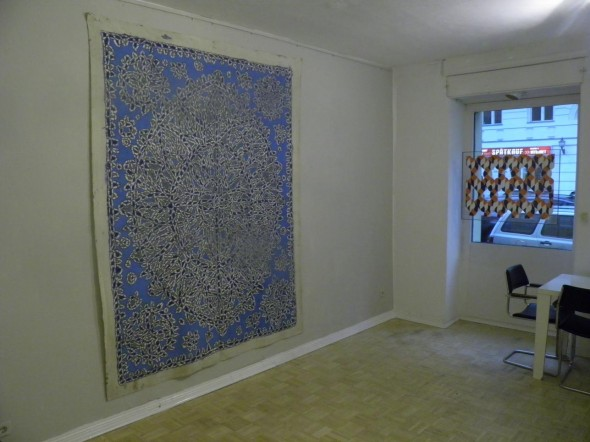 Timothy Hennessy Acryl auf Leinwand, grau auf blau 247 x 190 cm  Bruno de Panafieu Transparence Vinyl und Plexiglass, 50 x 80 cm, 1980