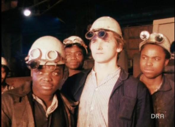 Videostill aus Deutschem Rundfunkarchiv 1979 Vertragsarbeiter aus Mosambik in verschiedenen Betrieben der DDR